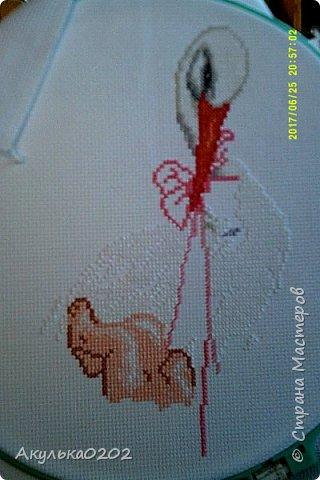 Вышивала в подарок подруге на рождение доченьки!Фотографировала с разных ракурсов, но все равно видно мое отражение в стекле. фото 4
