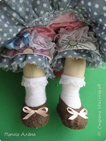 Здравствуйте, Мастера и Мастерицы! Представляю Вашему вниманию маю красавицу куколку Аленка!  Ростиком в 29 см, стоит и сидит самостоятельно. Голова подвижная, ручки и ножки сгибаются. Одежда полностью съемная: платье из хлопка; пышные панталончики из хлопка; трикотажные носочки; туфельки из кожзама. Волосы - шерсть, очень мягкие. Кукла держит в ручках спящего котенка. Текстильная кукла может быть игровой для ребенка при условии бережного обращения.  фото 3