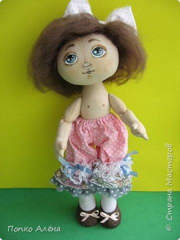 Здравствуйте, Мастера и Мастерицы! Представляю Вашему вниманию маю красавицу куколку Аленка!  Ростиком в 29 см, стоит и сидит самостоятельно. Голова подвижная, ручки и ножки сгибаются. Одежда полностью съемная: платье из хлопка; пышные панталончики из хлопка; трикотажные носочки; туфельки из кожзама. Волосы - шерсть, очень мягкие. Кукла держит в ручках спящего котенка. Текстильная кукла может быть игровой для ребенка при условии бережного обращения.  фото 4