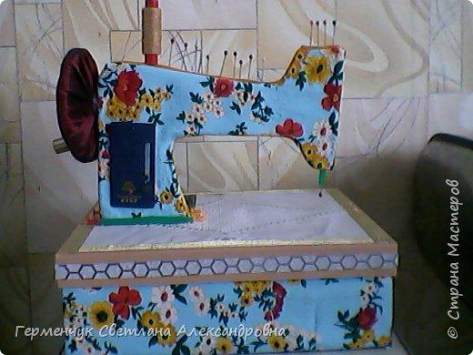 """Вашему вниманию представляю  шкатулку -  игольницу """"Швейная машинка"""".Она удобна тем,что все,что нужно для работы  кладем  в шкатулку. фото 13"""