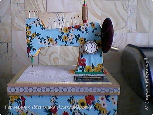 """Вашему вниманию представляю  шкатулку -  игольницу """"Швейная машинка"""".Она удобна тем,что все,что нужно для работы  кладем  в шкатулку. фото 16"""