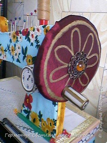 """Вашему вниманию представляю  шкатулку -  игольницу """"Швейная машинка"""".Она удобна тем,что все,что нужно для работы  кладем  в шкатулку. фото 19"""