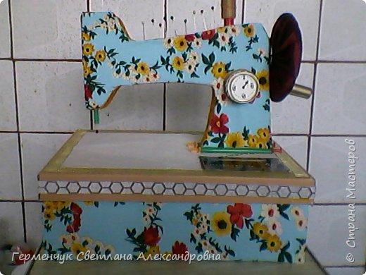 """Вашему вниманию представляю  шкатулку -  игольницу """"Швейная машинка"""".Она удобна тем,что все,что нужно для работы  кладем  в шкатулку. фото 1"""