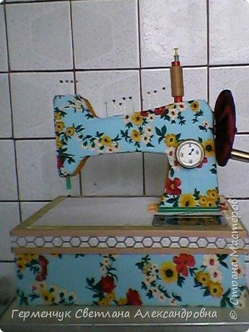 """Вашему вниманию представляю  шкатулку -  игольницу """"Швейная машинка"""".Она удобна тем,что все,что нужно для работы  кладем  в шкатулку. фото 22"""
