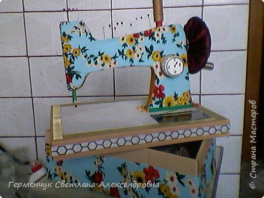 """Вашему вниманию представляю  шкатулку -  игольницу """"Швейная машинка"""".Она удобна тем,что все,что нужно для работы  кладем  в шкатулку. фото 26"""