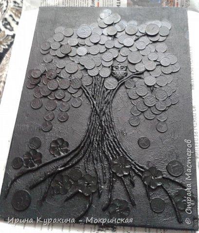 """Это талисман фен-шуй служит символом денежного благополучия семьи. Сова и денежное дерево, словно два магнита притягивают в дом достаток и капитал. Считается, что с этим прекрасно справляется денежное дерево, но его нужно постоянно охранять от недобрых взглядов """"доброжелателей"""". Сова в этом случае играет роль чуткого охранника, надежной защитницы, оберегая семейное богатство от разного рода посягательств. Ствол дерева выполнен в технике пейп-арт, я вдохновилась авторской техникой Татьяны Сорокиной и ее мастер-классом на сайте Страна мастеров (http://stranamasterov.ru/node/308701?tid=451 ) фото 8"""