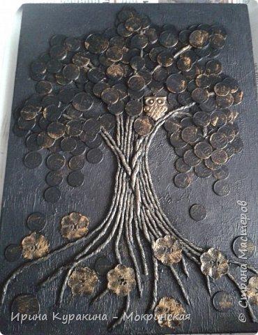 """Это талисман фен-шуй служит символом денежного благополучия семьи. Сова и денежное дерево, словно два магнита притягивают в дом достаток и капитал. Считается, что с этим прекрасно справляется денежное дерево, но его нужно постоянно охранять от недобрых взглядов """"доброжелателей"""". Сова в этом случае играет роль чуткого охранника, надежной защитницы, оберегая семейное богатство от разного рода посягательств. Ствол дерева выполнен в технике пейп-арт, я вдохновилась авторской техникой Татьяны Сорокиной и ее мастер-классом на сайте Страна мастеров (http://stranamasterov.ru/node/308701?tid=451 ) фото 9"""