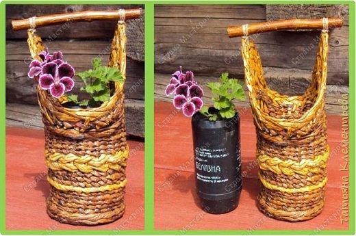 """Лето. Английская герань в маленьких ёмкостях  растёт хорошо, но их внешний  вид не очень эстетичен. Пластиковые баночки из-под моющих средств  надо было чем-то закрывать. Конечно же для этого плету корзиночки из газетных трубочек. Это уже шестая за это лето. Крашу трубочки водной  морилкой """"Мокко"""" и """"Лиственница"""". Дно плету на основе сотового поликарбоната, оставшегося от возведения огородной теплицы.  Технологию плетения такого дна можно посмотреть здесь http://stranamasterov.ru/node/596573 Ручка корзины сделана из ветки яблони и привязана к корзинке сутажем.  Всё изделие покрыто акриловым лаком. фото 1"""