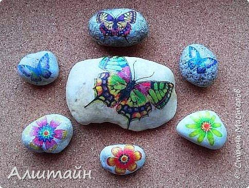 """Самый простой способ украсить камень  картинкой - это конечно же ДЕКУПАЖ! ;О) Такие камешки можно сначала задекорировать вместе с детьми, а потом играть с ними!  Например: найти две одинаковые картинки! :))) или построить """"пирамиду""""! ;))) фото 1"""