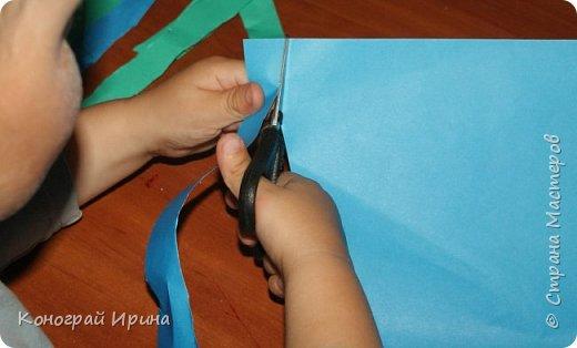 """Материалы: картон цветной (для """"моря""""), бумага цветная двухсторонняя (для """"волн""""), бумага для кораблика, ножницы, клей, фото 5"""