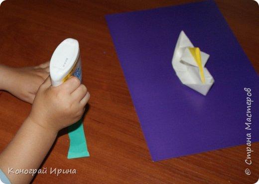 """Материалы: картон цветной (для """"моря""""), бумага цветная двухсторонняя (для """"волн""""), бумага для кораблика, ножницы, клей, фото 8"""