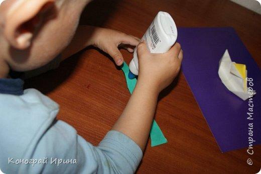 """Материалы: картон цветной (для """"моря""""), бумага цветная двухсторонняя (для """"волн""""), бумага для кораблика, ножницы, клей, фото 9"""
