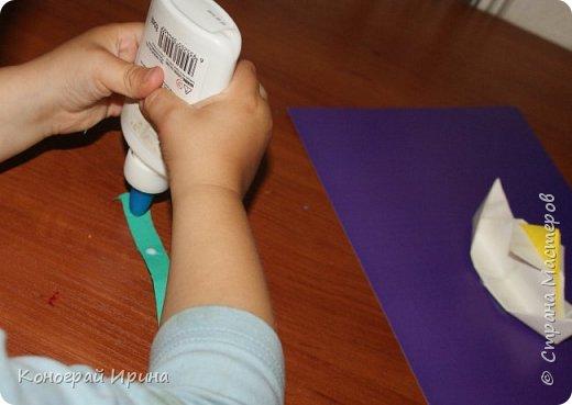 """Материалы: картон цветной (для """"моря""""), бумага цветная двухсторонняя (для """"волн""""), бумага для кораблика, ножницы, клей, фото 10"""