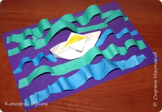 """Материалы: картон цветной (для """"моря""""), бумага цветная двухсторонняя (для """"волн""""), бумага для кораблика, ножницы, клей, фото 1"""