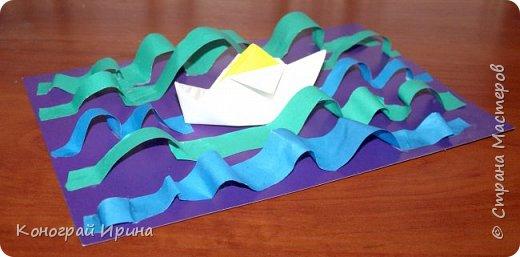 """Материалы: картон цветной (для """"моря""""), бумага цветная двухсторонняя (для """"волн""""), бумага для кораблика, ножницы, клей, фото 11"""