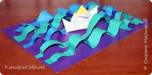 """Материалы: картон цветной (для """"моря""""), бумага цветная двухсторонняя (для """"волн""""), бумага для кораблика, ножницы, клей, фото 12"""