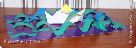 """Материалы: картон цветной (для """"моря""""), бумага цветная двухсторонняя (для """"волн""""), бумага для кораблика, ножницы, клей, фото 13"""