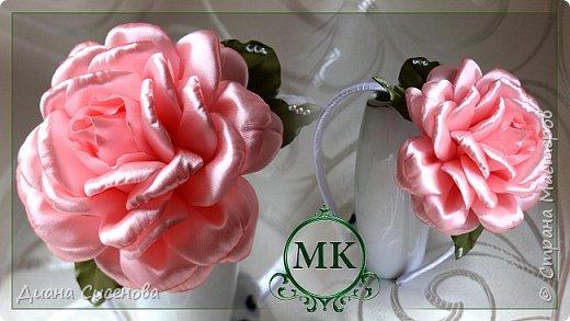 Всем привет. В этом уроке я покажу как сделать красивую пышную розу в стиле канзаши.  Материалы и инструменты на одну резинку:  розовая атласная лента шириной 5 см (2,05 м); зеленая атласная лента шириной 5 см (25 см); фетровый кружок диаметром 4,5 см (2 шт); ободок; стразы; ватная палочка; вата; нитка; клеевой пистолет; ножницы; зажигалка.  Приятного просмотра! Если у вас есть вопросы пишите их в комментариях . Творите своими руками и радуйте своих родных и близких!