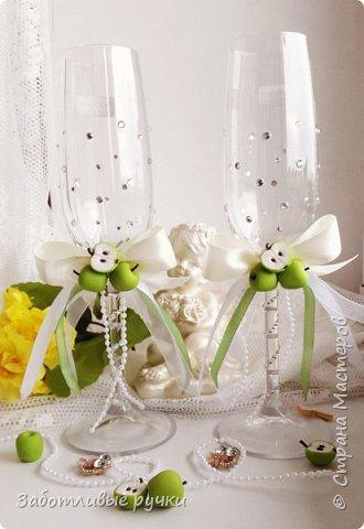 Еще немного и наступит самый важный этап в вашей жизни – свадьба. Этот праздник захотят разделить с вами близкие и родные люди. Будет много подарков, поздравлений, смеха и слез радости. Появляется вопрос: а куда складывать свадебные подарки? В руках держать не будешь, да и сами гости должны видеть, что вы оценили внимание. Выбор подарка - дело сложное. Никогда не знаешь, угодишь ты молодоженам или нет, поэтому гости дарят определенную сумму денег в конверте. Еще давно придумали такой аксессуар к свадьбе, как свадебную казну. Раньше это были украшенные бутылки, но сейчас все меняется, появляется столько идей и главное – желание удивить присутствующих на торжестве, сделать не так, как у всех.  Сундучок - казна для денежных подарков изготовлена полностью вручную из подручных материалов: картон, атласные ленты, кружево,атласная ткань, яблочки из пенопласта, проволока, полубусины жемчуг, замочек и фурнитура для сундучка. фото 4