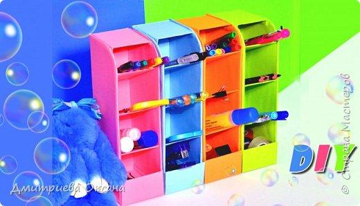"""Привет, друзья! Сегодня мы с Вами делаем своими руками классный, яркий и красочный органайзер для канцелярских принадлежностей. Разместив его на своем рабочем столе, Вы наведёте порядок, так как он легко вместит все ножницы, резинки, карандаши и ручки. А при наличии цветной бумаги и терпения, можно сделать несколько одинаковых органайзеров и они порадуют Вас своей вместительностью. Смотрите видео, ставьте ЛАЙКИ и творите вместе со мной!!! Всем творческих успехов и удачи!!! До встречи в новых видео!!! Приятного просмотра!!! Мне будет очень приятно, если Вы напишите свои пожелания в комментарии к видео!!!   Материалы для органайзера:   - толстый гофрированный картон, - цветная бумага, - ножницы или столярный нож, - клеевой пистолет, клей """"Момент""""или полимерный клей."""
