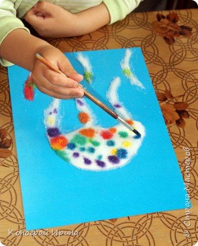 Как сделать раскрашивание акварелью ещё более увлекательным? Предложите вашему малышу интересный опыт - раскрашивание соли! Необходимо: картон (цветной или белый), краски акварельные (или пищевые красители), кисточка, водичка, соль, клей ПВА, простой карандаш (при необходимости). фото 6