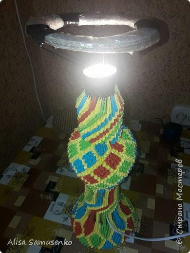 За основу работы была использована вот эта лампа http://stranamasterov.ru/node/950757. Цвет и форма не меняла т.к не думала что доведу до ума, следовательно начало работы не запечатлила. Все было сделано из подручных средств кроме разумеется бумаги лампочки и провода. Всего было использовано примерно 1000 красных, зеленых и синих модулей и 2000 желтых. Размер 1/32. Под ножку желательно вырезать круг из картона.  фото 12
