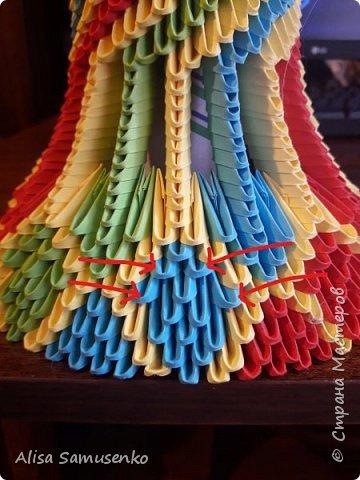 За основу работы была использована вот эта лампа http://stranamasterov.ru/node/950757. Цвет и форма не меняла т.к не думала что доведу до ума, следовательно начало работы не запечатлила. Все было сделано из подручных средств кроме разумеется бумаги лампочки и провода. Всего было использовано примерно 1000 красных, зеленых и синих модулей и 2000 желтых. Размер 1/32. Под ножку желательно вырезать круг из картона.  фото 2