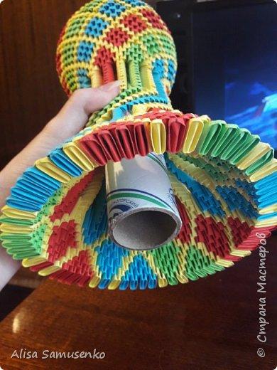 За основу работы была использована вот эта лампа http://stranamasterov.ru/node/950757. Цвет и форма не меняла т.к не думала что доведу до ума, следовательно начало работы не запечатлила. Все было сделано из подручных средств кроме разумеется бумаги лампочки и провода. Всего было использовано примерно 1000 красных, зеленых и синих модулей и 2000 желтых. Размер 1/32. Под ножку желательно вырезать круг из картона.  фото 5
