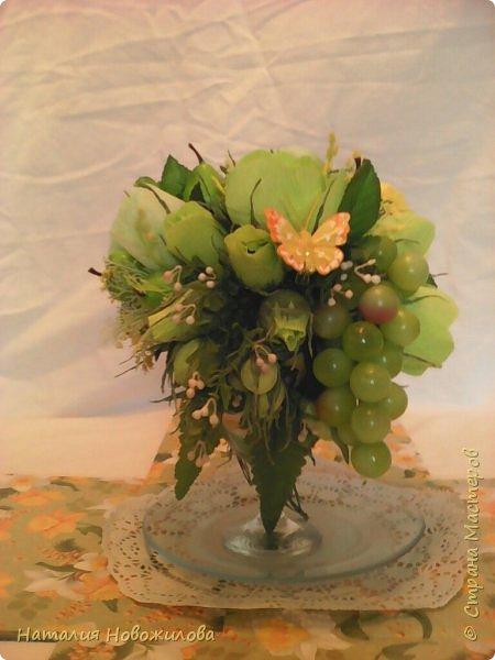 """Доброго времени суток жители Страны Мастеров. Давно хотела сделать букет на бокале. На юбилей сделала в подарок в цветовой гамме, которая очень нравится юбилярше. В розах конфеты """"марсианка"""", в композиции использовала муляжи фруктов. фото 3"""