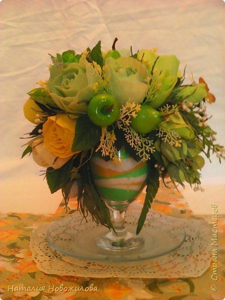 """Доброго времени суток жители Страны Мастеров. Давно хотела сделать букет на бокале. На юбилей сделала в подарок в цветовой гамме, которая очень нравится юбилярше. В розах конфеты """"марсианка"""", в композиции использовала муляжи фруктов. фото 1"""