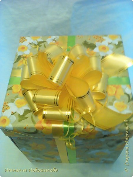 """Доброго времени суток жители Страны Мастеров. Давно хотела сделать букет на бокале. На юбилей сделала в подарок в цветовой гамме, которая очень нравится юбилярше. В розах конфеты """"марсианка"""", в композиции использовала муляжи фруктов. фото 7"""