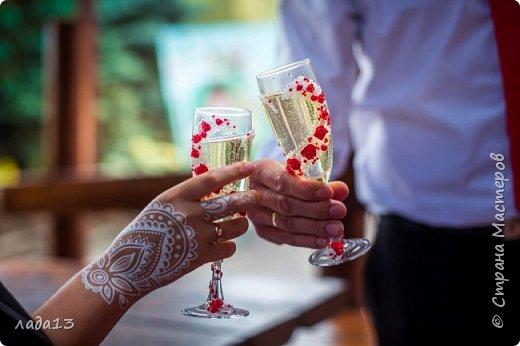 Здравствуйте дорогие мои!В прошлом году была у нас свадьба дочери,а в начале подготовка к ней.Сделаны бокалы ,бутылки для стола и прогулки и понеслось.... фото 9