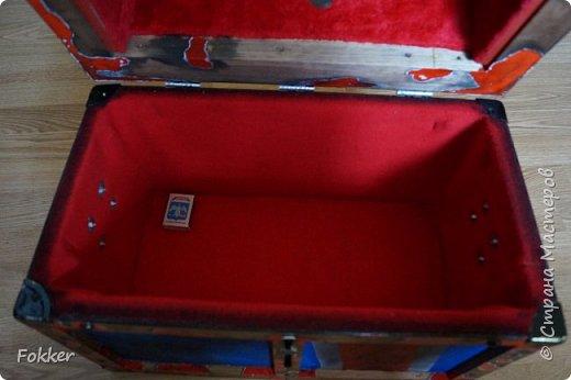 Доброго времени! Морской сундук 475 х 275 х 370. Фанера 10 мм, брус, рейка, ткань на эпоксидной смоле. Металлические уголки, ручки, петли, навес. Внутри обтянуто тканью. Морилка, акрил, лак.  фото 10