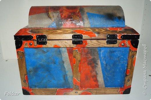 Доброго времени! Морской сундук 475 х 275 х 370. Фанера 10 мм, брус, рейка, ткань на эпоксидной смоле. Металлические уголки, ручки, петли, навес. Внутри обтянуто тканью. Морилка, акрил, лак.  фото 2