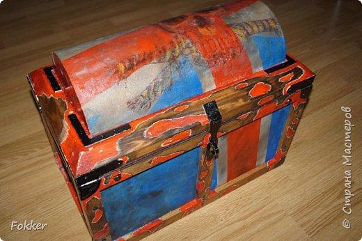 Доброго времени! Морской сундук 475 х 275 х 370. Фанера 10 мм, брус, рейка, ткань на эпоксидной смоле. Металлические уголки, ручки, петли, навес. Внутри обтянуто тканью. Морилка, акрил, лак.  фото 4