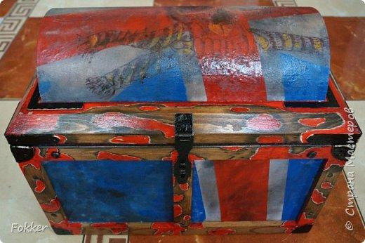 Доброго времени! Морской сундук 475 х 275 х 370. Фанера 10 мм, брус, рейка, ткань на эпоксидной смоле. Металлические уголки, ручки, петли, навес. Внутри обтянуто тканью. Морилка, акрил, лак.  фото 5