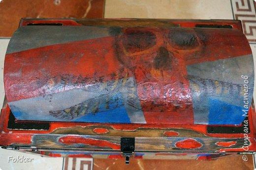 Доброго времени! Морской сундук 475 х 275 х 370. Фанера 10 мм, брус, рейка, ткань на эпоксидной смоле. Металлические уголки, ручки, петли, навес. Внутри обтянуто тканью. Морилка, акрил, лак.  фото 6