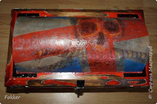 Доброго времени! Морской сундук 475 х 275 х 370. Фанера 10 мм, брус, рейка, ткань на эпоксидной смоле. Металлические уголки, ручки, петли, навес. Внутри обтянуто тканью. Морилка, акрил, лак.  фото 7