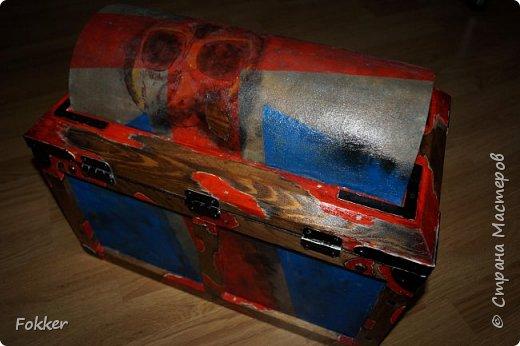 Доброго времени! Морской сундук 475 х 275 х 370. Фанера 10 мм, брус, рейка, ткань на эпоксидной смоле. Металлические уголки, ручки, петли, навес. Внутри обтянуто тканью. Морилка, акрил, лак.  фото 9