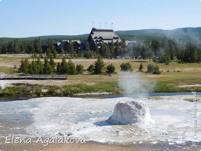 Хочу поделится впечатлениями от поездки в Йе́ллоустон (Yellowstone National Park)— международный биосферный заповедник, объект Всемирного Наследия ЮНЕСКО, первый в мире национальный парк (основан 1 марта 1872 года).  Находится в США, на территории штатов Вайоминг, Монтана и Айдахо.  Парк знаменит многочисленными гейзерами и другими геотермическими объектами, богатой живой природой, живописными ландшафтами.  ( взято из Википедии ) Мы останавливались в кемпингах в палатках. Парк произвел на нас огромное впечатление. Очень хочется поделится с вами красотой которую я увидела.  фото 24