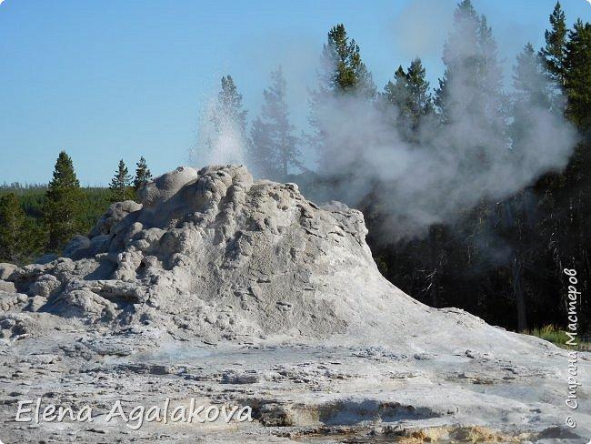 Хочу поделится впечатлениями от поездки в Йе́ллоустон (Yellowstone National Park)— международный биосферный заповедник, объект Всемирного Наследия ЮНЕСКО, первый в мире национальный парк (основан 1 марта 1872 года).  Находится в США, на территории штатов Вайоминг, Монтана и Айдахо.  Парк знаменит многочисленными гейзерами и другими геотермическими объектами, богатой живой природой, живописными ландшафтами.  ( взято из Википедии ) Мы останавливались в кемпингах в палатках. Парк произвел на нас огромное впечатление. Очень хочется поделится с вами красотой которую я увидела.  фото 28