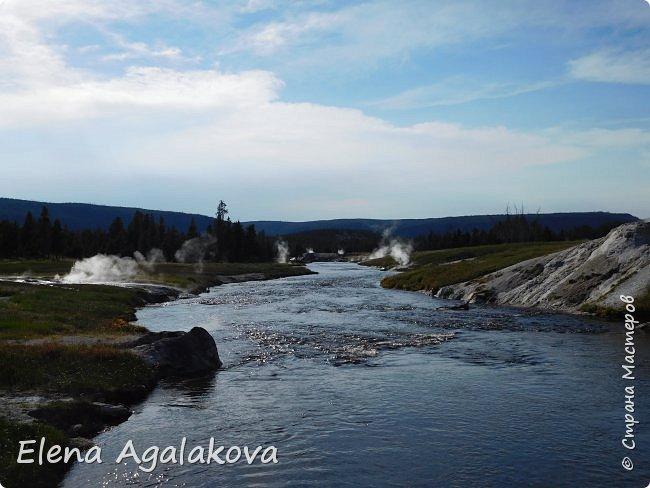 Хочу поделится впечатлениями от поездки в Йе́ллоустон (Yellowstone National Park)— международный биосферный заповедник, объект Всемирного Наследия ЮНЕСКО, первый в мире национальный парк (основан 1 марта 1872 года).  Находится в США, на территории штатов Вайоминг, Монтана и Айдахо.  Парк знаменит многочисленными гейзерами и другими геотермическими объектами, богатой живой природой, живописными ландшафтами.  ( взято из Википедии ) Мы останавливались в кемпингах в палатках. Парк произвел на нас огромное впечатление. Очень хочется поделится с вами красотой которую я увидела.  фото 23