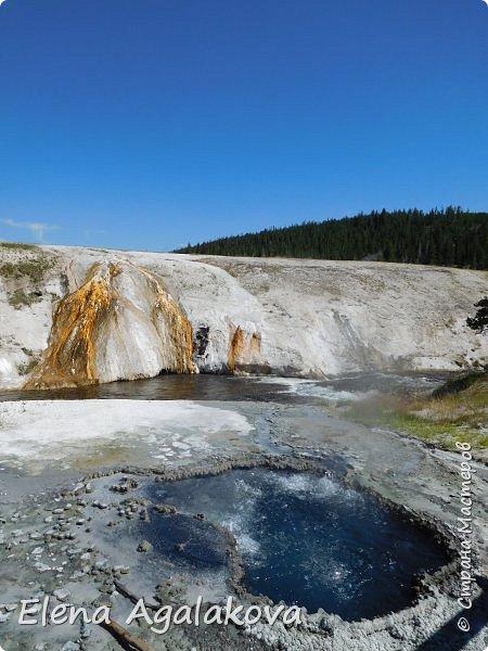 Хочу поделится впечатлениями от поездки в Йе́ллоустон (Yellowstone National Park)— международный биосферный заповедник, объект Всемирного Наследия ЮНЕСКО, первый в мире национальный парк (основан 1 марта 1872 года).  Находится в США, на территории штатов Вайоминг, Монтана и Айдахо.  Парк знаменит многочисленными гейзерами и другими геотермическими объектами, богатой живой природой, живописными ландшафтами.  ( взято из Википедии ) Мы останавливались в кемпингах в палатках. Парк произвел на нас огромное впечатление. Очень хочется поделится с вами красотой которую я увидела.  фото 5