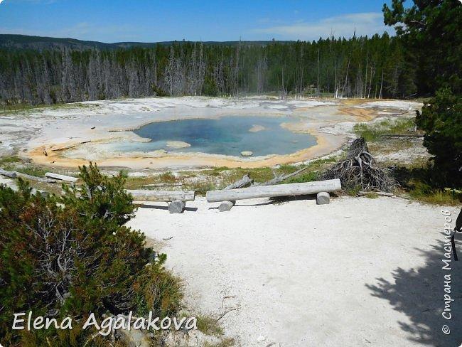 Хочу поделится впечатлениями от поездки в Йе́ллоустон (Yellowstone National Park)— международный биосферный заповедник, объект Всемирного Наследия ЮНЕСКО, первый в мире национальный парк (основан 1 марта 1872 года).  Находится в США, на территории штатов Вайоминг, Монтана и Айдахо.  Парк знаменит многочисленными гейзерами и другими геотермическими объектами, богатой живой природой, живописными ландшафтами.  ( взято из Википедии ) Мы останавливались в кемпингах в палатках. Парк произвел на нас огромное впечатление. Очень хочется поделится с вами красотой которую я увидела.  фото 11