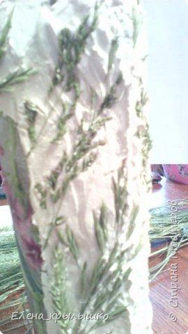 Подготавливаем бутылку: моем,соскребаем этикетки,обезжириваем,покрываем белой краской,клеим салфетку,покрываем свободное пространство шпатлёвкой,смешанной с клеем ПВА,затем,на чуть схватившуюся шпатлёвку вдавливаем разнообразную траву... фото 2