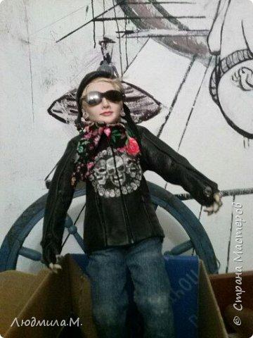 Неделю назад завершила работу над портретной куколкой девушки в байкерской экипировке. А сегодня куколка наконец приехала к своей хозяйке. И свою запись я начну с фотографии, присланной ею.  Работу начала ещё в марте.  Куколка выполнена в смешанной технике: голова, руки до локтей и ноги по колено вылеплены из запекаемого пластика Ливинг-Долл, а туловище выполнено путём сухого валяния из шерсти на проволочном каркасе. фото 3