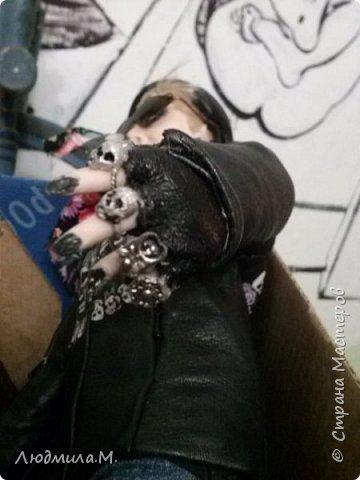 Неделю назад завершила работу над портретной куколкой девушки в байкерской экипировке. А сегодня куколка наконец приехала к своей хозяйке. И свою запись я начну с фотографии, присланной ею.  Работу начала ещё в марте.  Куколка выполнена в смешанной технике: голова, руки до локтей и ноги по колено вылеплены из запекаемого пластика Ливинг-Долл, а туловище выполнено путём сухого валяния из шерсти на проволочном каркасе. фото 9