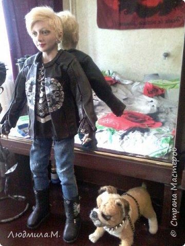 Неделю назад завершила работу над портретной куколкой девушки в байкерской экипировке. А сегодня куколка наконец приехала к своей хозяйке. И свою запись я начну с фотографии, присланной ею.  Работу начала ещё в марте.  Куколка выполнена в смешанной технике: голова, руки до локтей и ноги по колено вылеплены из запекаемого пластика Ливинг-Долл, а туловище выполнено путём сухого валяния из шерсти на проволочном каркасе. фото 14