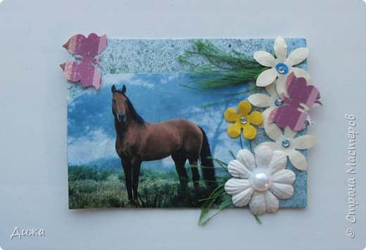 """Всем огромный приветик! Представляю вам АТС карточки """"Бегущие с ветром"""" Техника аппликация, фон  раскрасила акварельными красками (техника набрызг), приклеила картинки лошадей,  приклеила цветочки (подарочки мастериц), стразы, полубусины, блеск для ногтей (серебристый, синий, голубой, розовый, золотистый), сетка (белая, голубая), пряжа -травка, вата-снег, ракушки и камни.  Я должна АТС карточку мастерицам Полина К Мелоди  (Полина), Юля Самоделкина (Юля) и ИРИСКА 2012 (Ирина), прошу их выбирать первыми, если им понравиться. фото 11"""