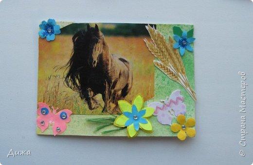 """Всем огромный приветик! Представляю вам АТС карточки """"Бегущие с ветром"""" Техника аппликация, фон  раскрасила акварельными красками (техника набрызг), приклеила картинки лошадей,  приклеила цветочки (подарочки мастериц), стразы, полубусины, блеск для ногтей (серебристый, синий, голубой, розовый, золотистый), сетка (белая, голубая), пряжа -травка, вата-снег, ракушки и камни.  Я должна АТС карточку мастерицам Полина К Мелоди  (Полина), Юля Самоделкина (Юля) и ИРИСКА 2012 (Ирина), прошу их выбирать первыми, если им понравиться. фото 13"""